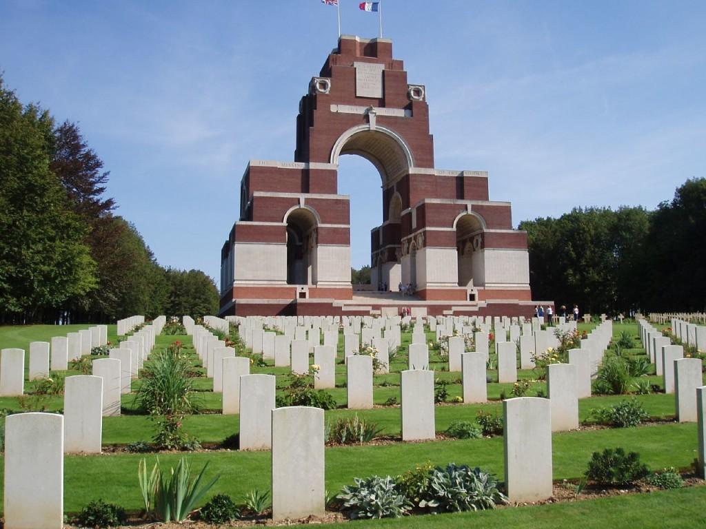 Thiepval-Denkmal mit Soldatenfriedhof